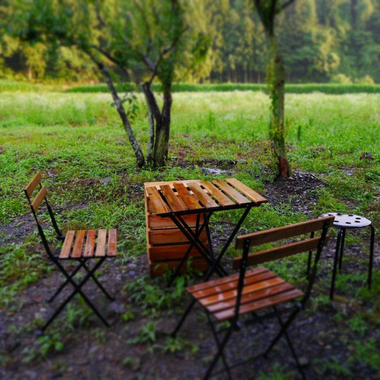 table&chairs in the garden tome